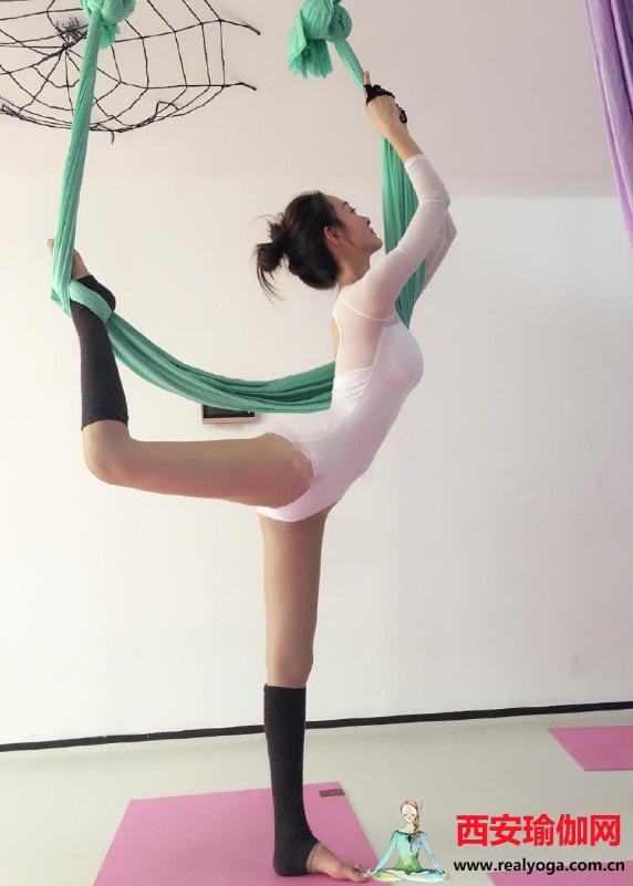 瑜伽美女展示空中瑜伽,3个动作提高柔韧性
